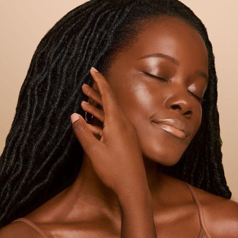 Tarte skin gloss glass highlighter en rostro
