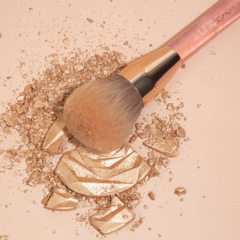 Huda Beauty N.Y.M.P.H. Highlighting Powder Brush Brush And Highlighter Crash